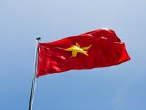 Vietnam flagga mot himlen Royaltyfria Bilder