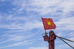 Vietnam flagga på en klipsk bro Arkivfoton