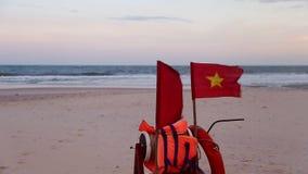 Vietnam flagga på stark vind Panorera rätt stock video