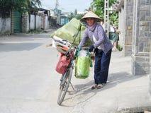 Vietnam-Frau mit einem Fahrrad Lizenzfreies Stockfoto