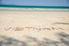 Vietnam geschrieben in einen sandigen tropischen Strand Stockbild