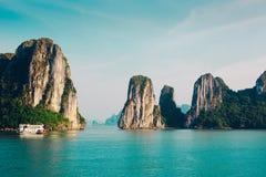 Vietnam Halong fjärdöar Arkivfoto