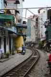Vietnam - Hanoi - das alte Viertel - die erstaunlichen Hanoi-Straßen-Bahngleise Lizenzfreies Stockbild