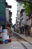 Vietnam - Hanoi - das alte Viertel - unglaubliche Szene der Hanoi-Straßen-Bahngleise Lizenzfreies Stockbild