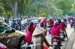 Vietnam, Hanoi, 07 December, 2016: Heel wat motorrijders en voertuigen drijven bij de straat van stad royalty-vrije stock fotografie