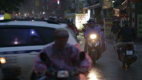 Vietnam, Hanoi - 07 Maart 2015: Verkeer op de straat stock videobeelden