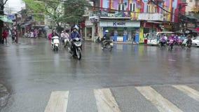 Vietnam, Hanoi - 07 Maart 2015: Verkeer op de weg stock footage