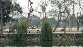 Vietnam, Hanoi - 14 Maart 2015: Verkeer op de weg dichtbij rivier stock video