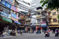Vietnam - Hanoi - vespas y tiendas en el empalme de Hang Quat Hang Non y de Hang Hom en Hanoi vieja B vietnamita y Q Imagen de archivo