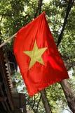 Vietnam Hanoi vietnamesisk flagga i gata Royaltyfri Foto