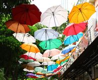 vietnam Ho Chi Minh Straße mit Regenschirmen stockfotografie