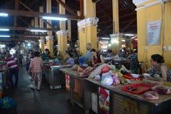 Vietnam - Hoi An - Cho Hoi An - lokaler Markt - Damen, die Fleisch verkaufen lizenzfreie stockbilder