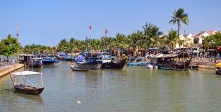 Vietnam - Hoi en destination som är scenisk av fartyg på Thu Bon River royaltyfria foton