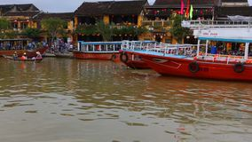 Vietnam Hoi An - Januari 2017: Fartygfl?ten p? Bon River mot bakgrunden av hus p? stranden i staden av Hoi An stock video
