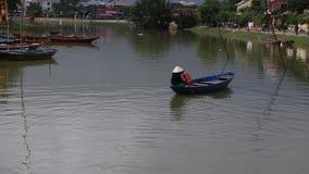 Vietnam Hoi An - Januari 2017: Fartygfl?ten p? Bon River mot bakgrunden av hus p? stranden i staden av Hoi An arkivfilmer