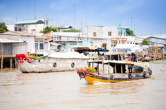 VIETNAM - 28. JANUAR: Boote an sich hin- und herbewegendem Markt am 28. Januar 2014 fam Stockfoto