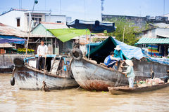 VIETNAM - 28. JANUAR: Boote an sich hin- und herbewegendem Markt am 28. Januar 2014 fam Stockfotos