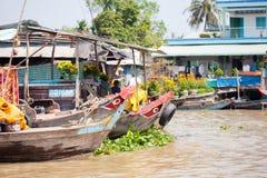 VIETNAM - 28. JANUAR: Boote an sich hin- und herbewegendem Markt am 28. Januar 2014 fam Stockbild