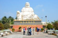 Vietnam, Januar, 21, 2015, Leute, die nahe weißem Buddha an der Pagode von Vinh Trang gehen Lizenzfreies Stockfoto