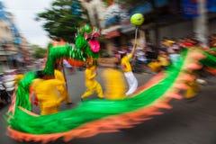 Vietnam - Januari 22, 2012: Dragon Dance Artists under berömmen av det vietnamesiska nya året Arkivfoto