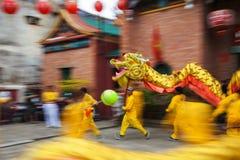 Vietnam - Januari 22, 2012: Dragon Dance Artists under berömmen av det vietnamesiska nya året Arkivbild