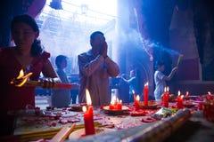Vietnam - Januari 22, 2012: En man ber i templet under berömmen av det vietnamesiska nya året Royaltyfri Fotografi