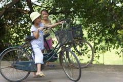 Vietnam-Kinder auf Fahrrädern Lizenzfreies Stockbild