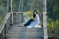 VIETNAM klär härliga kvinnor i Ao Dai Vietnam Traditional sitt Royaltyfria Foton