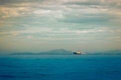 Vietnam, la ciudad de Nyachang - 17 de junio de 2013: el mar del sur de China, el goleta se acercó a juego Fotos de archivo