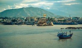 Vietnam, la ciudad de Nyachang - 17 de junio de 2013: el mar del sur de China, el goleta se acercó a juego Imagenes de archivo