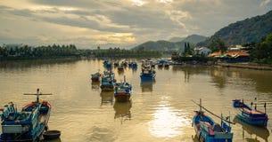 Vietnam, la ciudad de Nyachang - 17 de junio de 2013: el mar del sur de China, el goleta se acercó a juego Imágenes de archivo libres de regalías