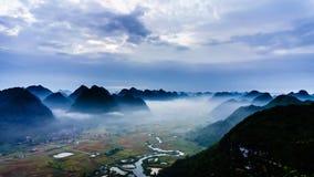 Vietnam landskap: Dal under dimma i den tidiga sonen-Viet Nam för son-Lang morgon-Bac Royaltyfri Bild