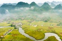 Vietnam landskap: Risfält med en flod i dalen av för folk-Bac för etnisk minoritet för TAY sonen-Viet Nam son-Lang Arkivfoto