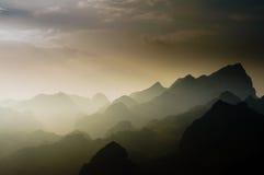 Vietnam landskap: Solen skiner på berget på Ha Giang, Vietnam Royaltyfria Foton