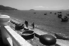 vietnam Le barche intrecciate rotonde del ` s dei pescatori sono sulla riva I piccoli pescherecci di legno sono nel mare Rebecca  fotografie stock libere da diritti