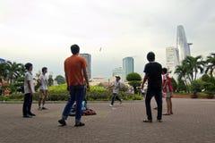 Vietnam-Leute, die am Stadtpark zur Schau tragen Stockfoto