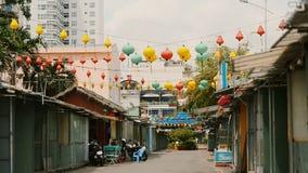 vietnam Luci multicolori che appendono sulle vie di Nha Trang stock footage