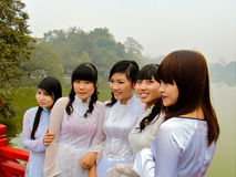 Vietnam-Mädchen in den Seidenkleidern, die im Nebel aufwerfen lizenzfreie stockfotos