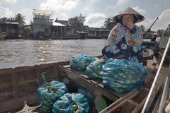Vietnam Mekong delta som svävar marknaden arkivfoto