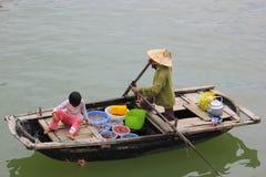 Vietnam, mercado flotante de la bahía larga de la ha Imagen de archivo