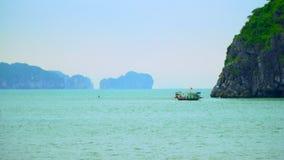 vietnam Mooie open plekken van Vietnam Gang door de boot Luchtmening, Vietnam Beste Natuurlijk erfgoed van de wereld stock footage