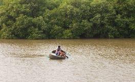 Vietnam, MUI Ne Vietnamese jongens die op de rivier vissen stock foto
