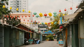 vietnam Multicolored lichten die op de straten van Nha Trang hangen stock footage