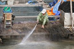 VIETNAM MUMMEL SKÄLLER LÄNGE - JANUARI 03, 2015 - fiskaren som tvättar hans netto arkivfoton