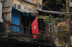 Vietnam nationsflagga och gammalt fattigt radhus arkivbild