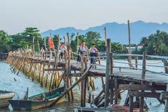 Vietnam Nha Trang - April 10, 2017: Gamla träbro och vietnamesbanbrytare Arkivbild