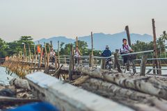 Vietnam Nha Trang - April 10, 2017: Gamla träbro och vietnamesbanbrytare Arkivbilder