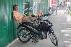 VIETNAM, NHA TRANG, im Februar 2016 - bemannen Sie das Schlafen auf Fahrrad Stockbilder