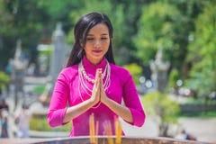 VIETNAM, NHA TRANG, im Februar 2016 - Frau, die im buddhistischen Tempel betet Stockbild