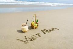 Vietnam op het zand wordt geschreven dat Royalty-vrije Stock Afbeeldingen